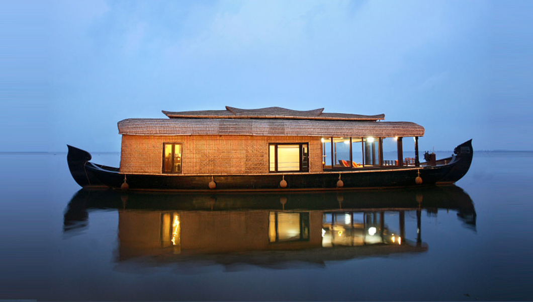 alleppey houseboat from outside
