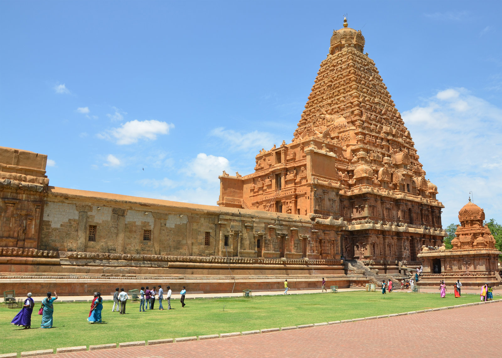 brihadeeswara temple - 5 mysterious temples of india